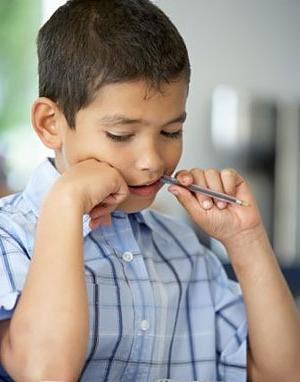 Почему ребенок грызет карандаши и ручки
